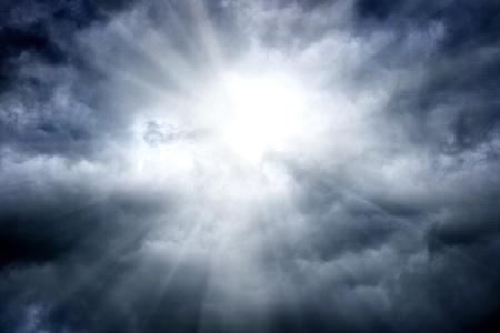 cielo tormenta: nubarrones de tormenta con luz en el centro Foto de archivo