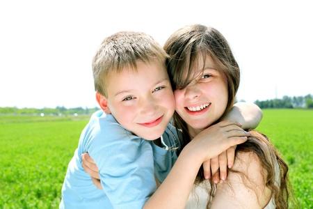 broer en zus in de zomer gebied