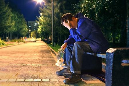 homme triste: adolescente tr�s triste dans le parc la nuit se casser un rendez-vous