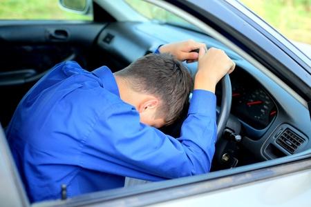 hombre conduciendo: joven, se quedan dormidos en un coche Foto de archivo