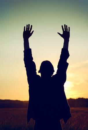 orando manos: Foto Vintage y matizada del Hombre Orando en el fondo del cielo de noche