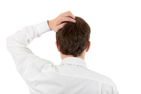 earnest: Vista posterior del hombre rasc�ndose la cabeza aislada en el fondo blanco