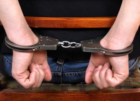 detenuti: L'uomo sulla sedia in manette Vista posteriore e Primo piano