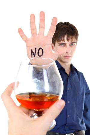no pase: Adolescente se niega alcohol aislados en el blanco
