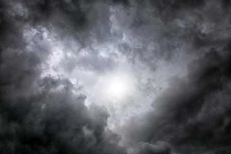 ciel avec nuages: Dramatique zone Cloudscape avec la Lumi�re dans le centre