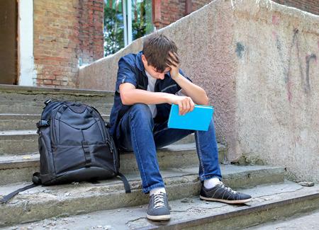 Triest student met het boek op de overloop stappen