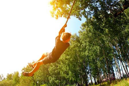 saltar la cuerda: Kid Puenting en el Bosque de Verano