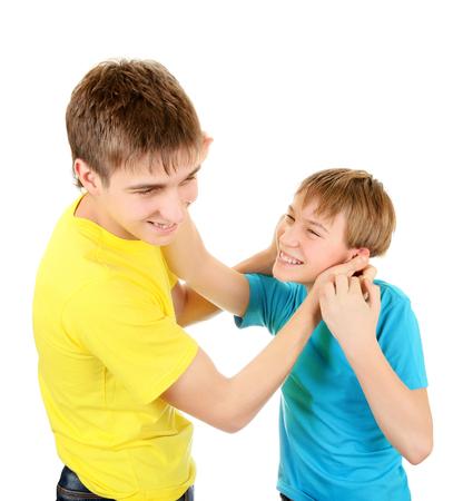 흰색 배경에 재미를 위해 싸우는 장난 형제