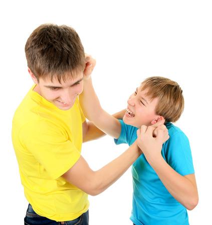 장난 형제는 흰색 배경에 재미를 위해 싸울 스톡 콘텐츠