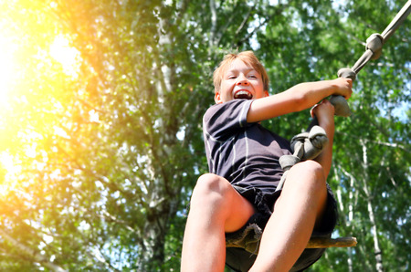 Kid Bungeejumpen in de zomer Forest Stockfoto - 37366290