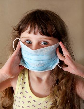 ni�os enfermos: Ni�a en la gripe M�scara en la habitaci�n Foto de archivo