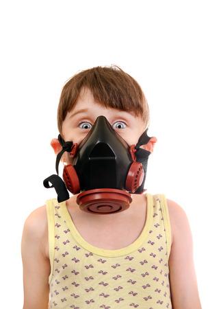 mascara de gas: Sorprendido Niña en en la careta antigás aislada en el fondo blanco