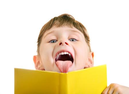 niÑos contentos: Alegre Niña detrás del libro aislado en el fondo blanco
