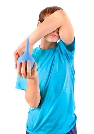 einlauf: Kid mit Enema isoliert auf den wei�en Hintergrund Fokus auf der Enema