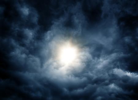 ダークでドラマティックな嵐雲の中の光