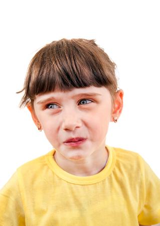 adolescencia: Triste retrato de la pequeña muchacha aislado en el fondo blanco