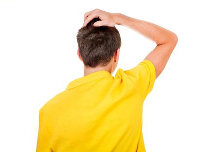 Vue arrière de l'homme se grattant la tête isolé sur le fond blanc