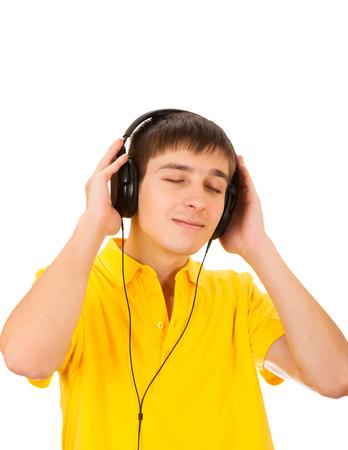 Jonge man in koptelefoon luisteren naar de muziek die op de witte achtergrond