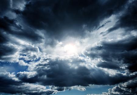 resplandor: Luz en la oscuridad y nubes de tormenta dramático
