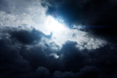 Luz en la oscuridad y dramáticas nubes de tormenta