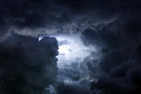 Hintergrund der dunklen und dramatischen Sturmwolken Standard-Bild
