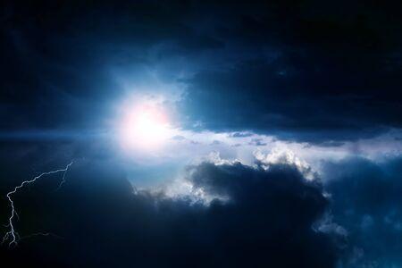 Blitz im Dunkeln und dramatische Gewitterwolken