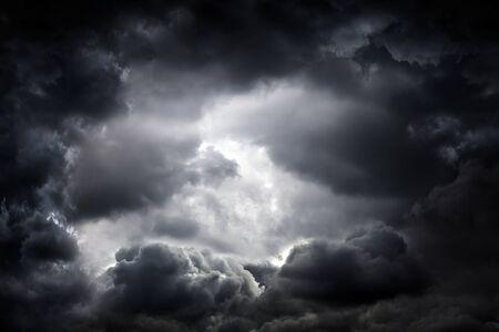 Fondo oscuro y dramático del área de las nubes de tormenta Foto de archivo