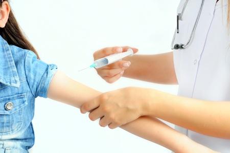 Close-up delle mani del medico s dando un'iniezione al paziente