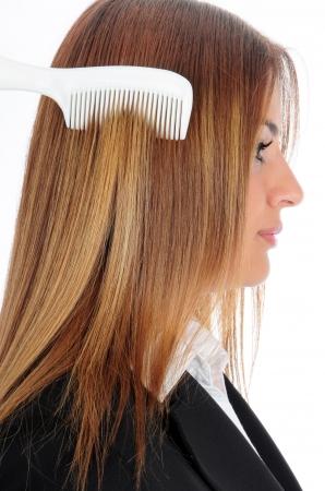 Donna che pettina i suoi lunghi capelli con spazzola
