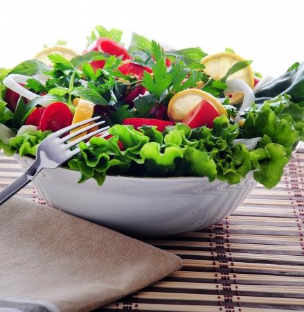 ciotola di insalata mista contro uno sfondo bianco Archivio Fotografico