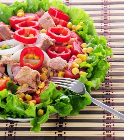piatto di insalata con forchetta