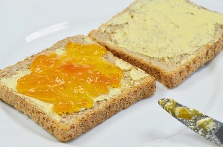 nahaufnahme: Aprikosen-Marmelade auf Toast