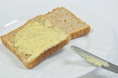nahaufnahme: Toast und Butter auf Teller Stock Photo