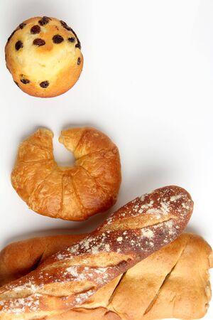 pasteleria francesa: croissant, desayuno, blanco, fondo, panadería, magdalenas, comida, mesa, francés, pasteles, bollo, fresco, dulce, oro, comida, delicioso, panadería croissant con el mollete brade en el fondo blanco de mesa Foto de archivo