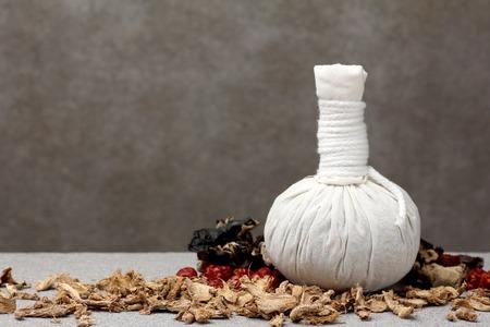 tela blanca: paño blanco bola compresa de hierbas para el tratamiento de spa