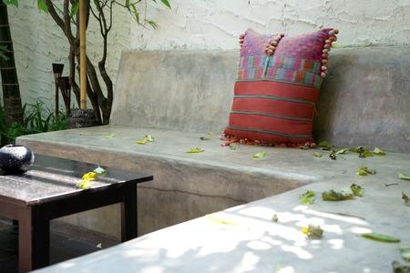 tela algodon: relajarse cemento de algod�n almohada de asiento de tela al aire libre Foto de archivo
