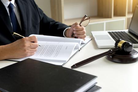 Mazo de juez con abogados de Justicia. Demandante o acusado reunidos en un bufete de abogados en el fondo. Concepto de ley