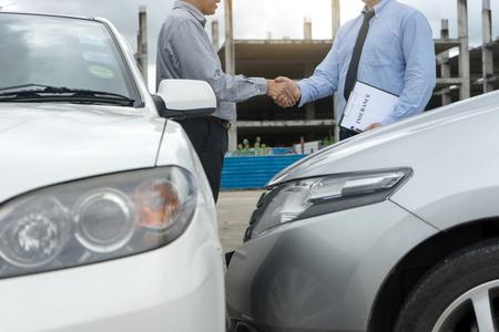 자동차 사고 보험 담당자가 자동차 사고 소유자와 보험 직원을 조사하는 도로에서 서류 양식 작성 스톡 콘텐츠