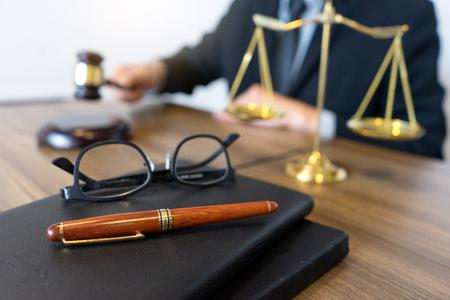 Juge marteau avec des avocats de la justice, homme d'affaires en costume ou avocat travaillant avec des documents de droit. Conseil et cabinet juridique. Banque d'images - 92363462