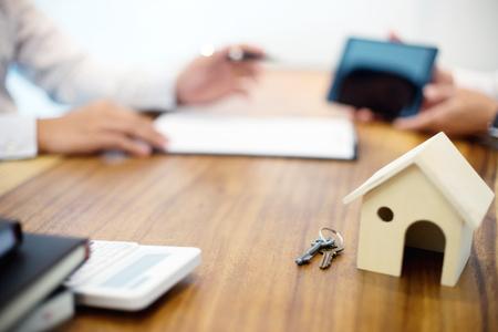 Zakelijke man overeenkomst om te tekenen voor contract nieuw huis kopen of huren