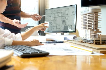 ingegnere o progetto architettonico, due ingegneria o architettura che discutono e lavorano su progetto con attrezzature per architetti, concetto di costruzione.