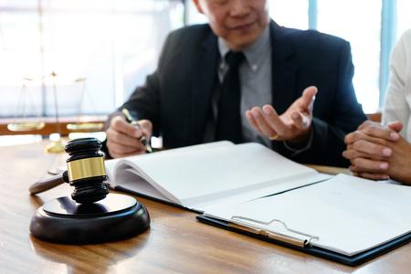 Rechter of advocaat in gesprek met team of cliënt over het raadplegen van wetsdetail, advocatenkantoorconcept. Stockfoto