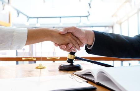 Anwalt oder Richter mit Hammer- und Balance-Handshake mit dem Kunden oder Kunden über die Vereinbarung zur Verwendung des Schiedshandschlags