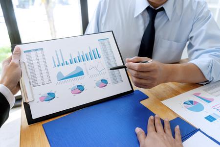 uomo d'affari d'affari in riunione analizza il piano di marketing grafico grafico nel progetto di audit finanziario aziendale. O Analisi di un consulente aziendale