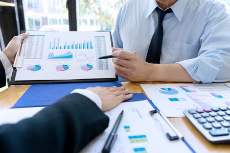 Business-Geschäftsmann in Meeting analysiert Chart-Grafik-Marketing-Plan in Business-Finanz-Audit-Projekt. Oder Unternehmensberater analysieren Standard-Bild