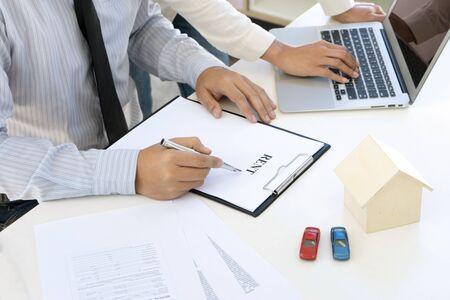 Agent d'assurance jeune homme d'affaires montrer le contrat de document au client à la table de bureau Banque d'images