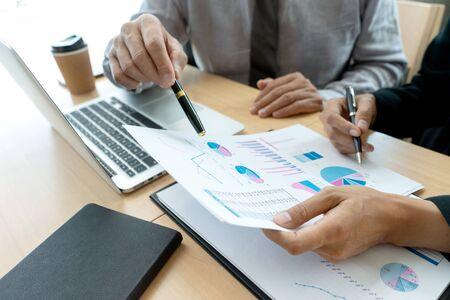 En la oficina, el empresario en la reunión analiza el plan de marketing gráfico gráfico en el proyecto de auditoría financiera empresarial. O asesor empresarial analizando el presupuesto,