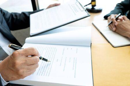 L'avocat ou le juge marteau avec équilibre travaille avec le client ou le client sur l'accord sur la façon d'utiliser l'arbitrage