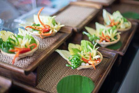 Bereiten Sie sich auf das Tischset vor, das Gemüseschnitzen von Lebensmitteln.