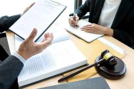 Advocaat of rechterhamer met evenwichtswerk met cliënt of klant over overeenkomst hoe arbitrage te gebruiken